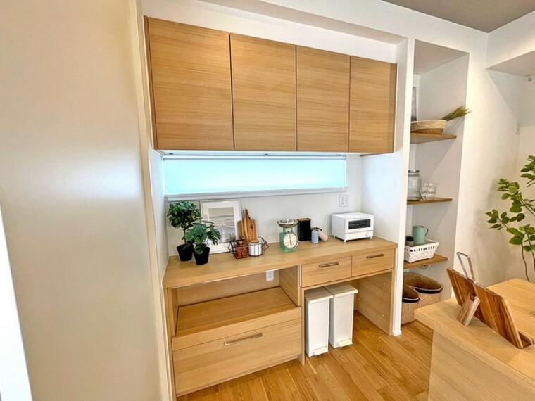 キッチン キッチンに合わせた食器棚【1号棟】  キッチンと同色の食器棚です。収納力に優れており、パントリーもあるので使い分けも出来ます。