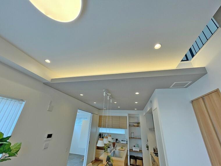 完成予想図(内観) ラグジュアリーな雰囲気を演出するキッチンの間接照明  家族の集うキッチンは、スタイリッシュなグラフテクトキッチンを採用。典座湯の間接照明からは穏やかな光が注ぎ、より一層空間をラグジュアリーに装います。