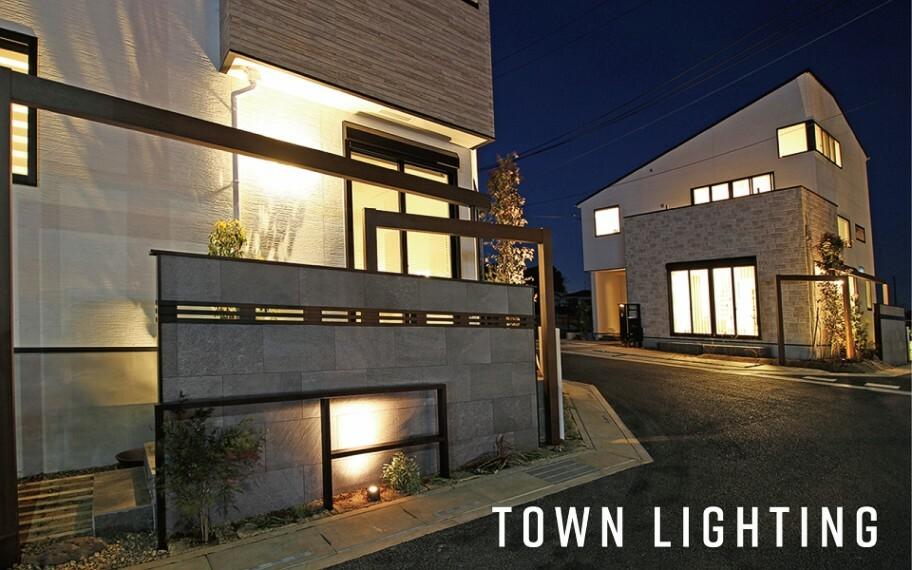 夜間も美しい「灯かりのいえなみ協定(R)」  夜も街区全体を明るくすることで、安全性と防犯性を高める「灯かりのいえなみ協定(R)」を実施。外壁や植栽を明るく照らし、夜間のご帰宅を暖かくお迎えします。