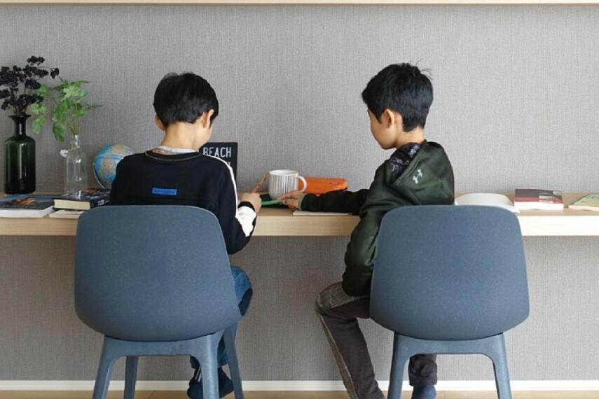 居間・リビング 【シェアカウンター】  【シェアカウンター】 家族みんなで多目的にお使いいただけるシェアカウンターをリビングの一角に設けました。子どものリビング学習の場としても重宝します。
