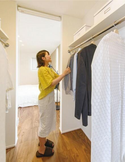 収納 【ウォークインクローゼット】  服やカバンはもちろん、思い出の品やお子様のお道具、スーツケースなど様々な収納が可能です。たくさんある荷物がスッキリ片付くので、住空間を広くお使いいただけます。