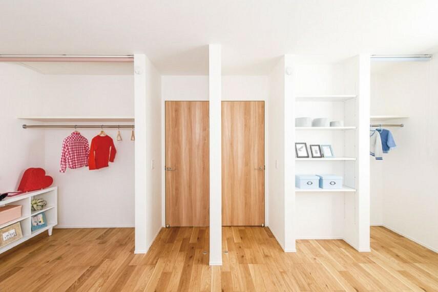 収納 【建具をなくした収納】  湿気やほこりが溜まりにくく、カビ等の発生も防げるように、扉をなくしたクロゼットを採用しました。折れ戸で指を挟む心配もないので、小さなお子様にも安心です。