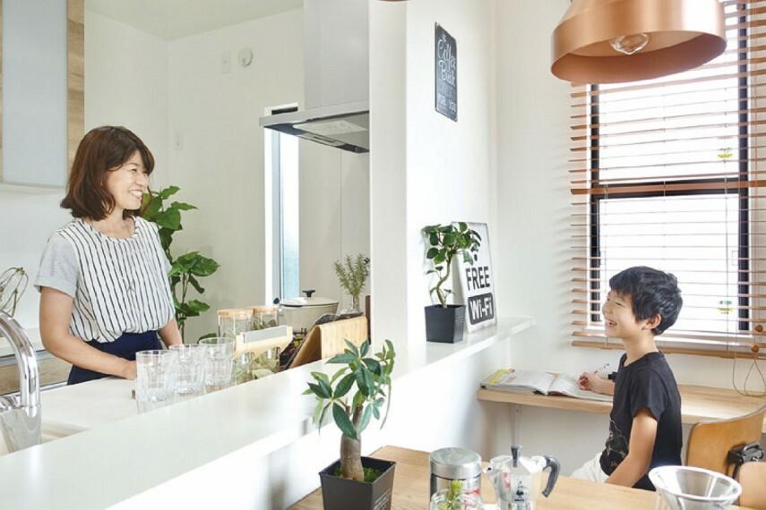 キッチン 【ハイオープンキッチン】  視界が広がるオープンなキッチン。リビング全体を見渡すことができ、ご家族とのコミュニケーションが弾む嬉しい設計です。お子さまが遊んでいても目を離さずに家事ができます。