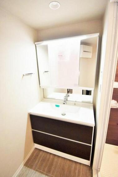 洗面化粧台 朝の身支度に便利な三面鏡タイプの独立洗面化粧台