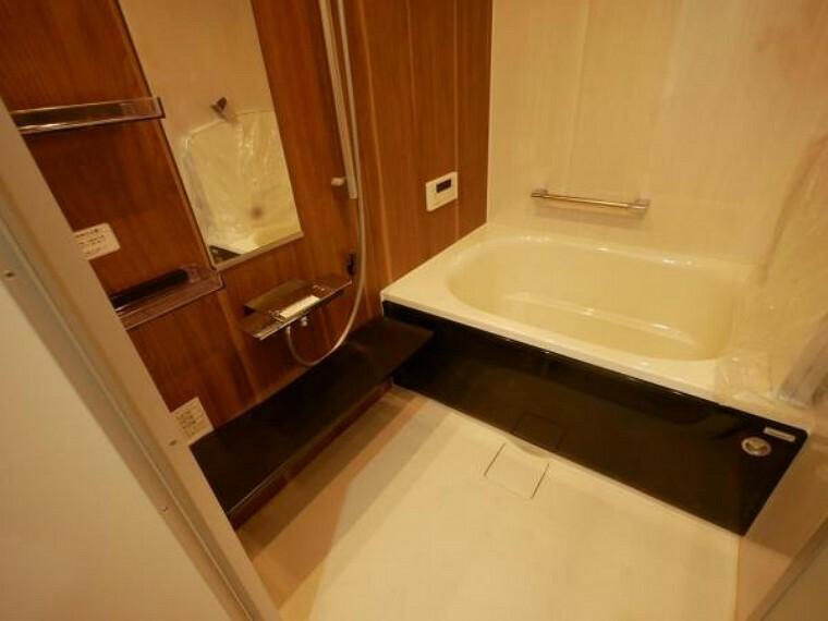 浴室 優しい色合いでより安らぎの空間を演出。足を伸ばしてゆったりとお寛ぎ頂けるバスルームには、設備を多数搭載し、快適な空間に。安らぎのひと時をお楽しみ下さい。