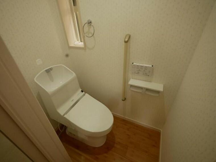 トイレ 面倒なお掃除も楽々。洗浄機能付きトイレを採用しました。清潔感と使い心地を追求し、少しの時間もホッとする場所に。2箇所にあるのは慌ただしい朝も安心ですね