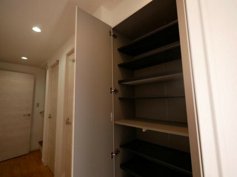 収納 散らかりやすい玄関スペースをすっきり空間にしてくれる大容量シューズBOXを設置しました。ご家族皆様の靴やお子様の遊具などすべて収納できますね。