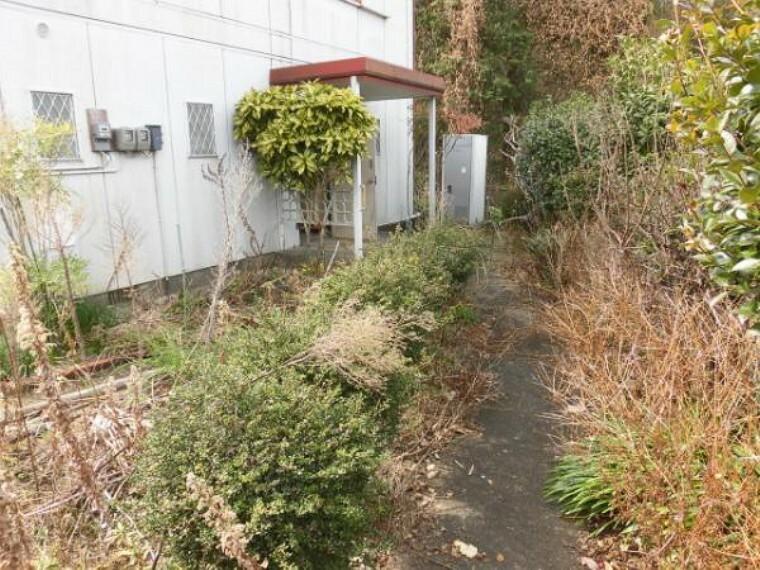庭 オウチ周りの樹木・残置物は全て撤去して整地予定です
