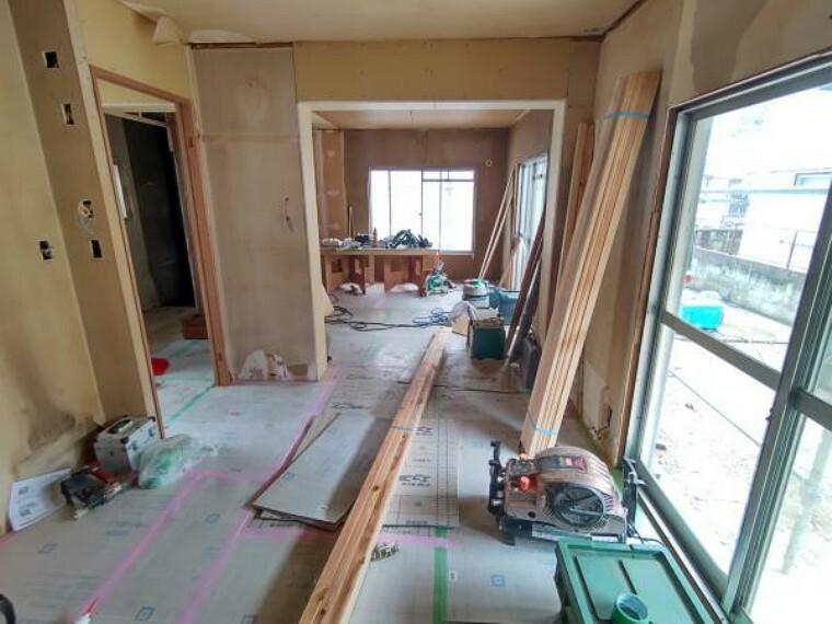 居間・リビング 【リフォーム中】1階は和室7帖とDK6帖の仕切りを無くし約13帖の一部屋に致しました、これから床・壁・天井の張替えを行います