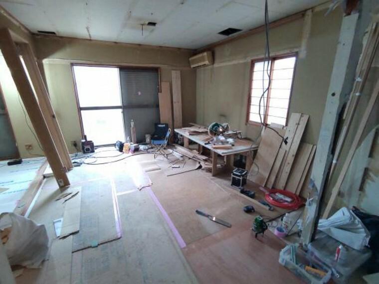 居間・リビング 既存の和室をリビングに変更中です。