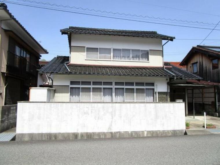 外観・現況 【リフォーム中】閑静な住宅地にある5DKのお家です。外壁は塗装を予定しています。