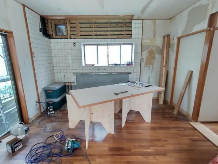キッチン 【キッチン:リフォーム中写真】キッチンです。キッチンは新品に交換します。床は上張り、天井・壁はクロスの張り替えを行います。