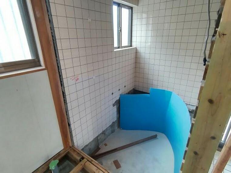 浴室 【浴室:リフォーム中写真】既存のお風呂を撤去しこれからユニットバスを設置します。新しいお風呂になるので清潔感がありますね。