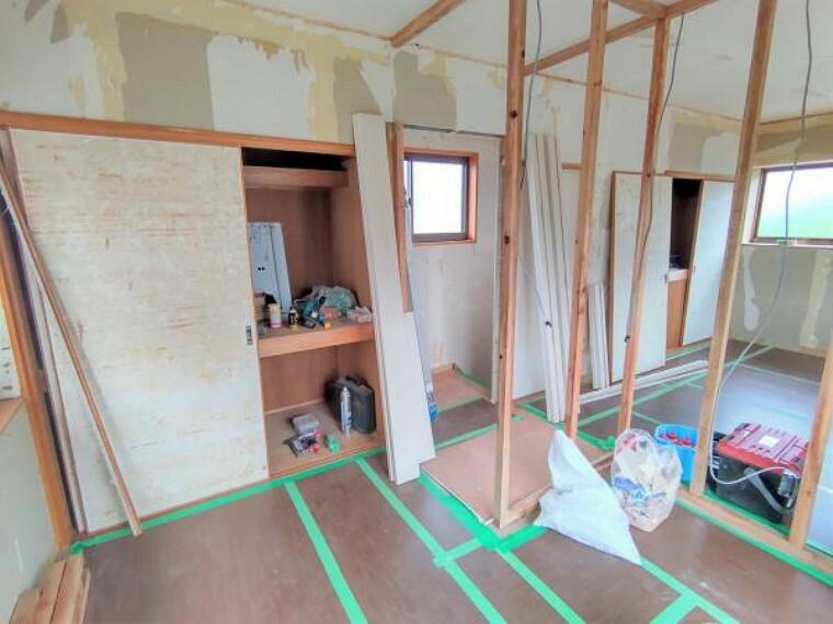 【2階洋室(4畳):リフォーム中写真】壁で区切り、一つの洋室から二つの洋室に変更します。4畳ですが収納もあるのでベッドや机を置くことができますよ。