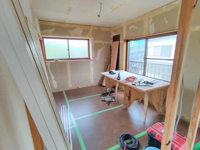 【2階洋室(6畳):リフォーム中写真】床はフローリングを重ね張りして、天井・壁はクロスの張り替えを行います。照明は新品交換し、二面採光なので日当たり良好ですよ。