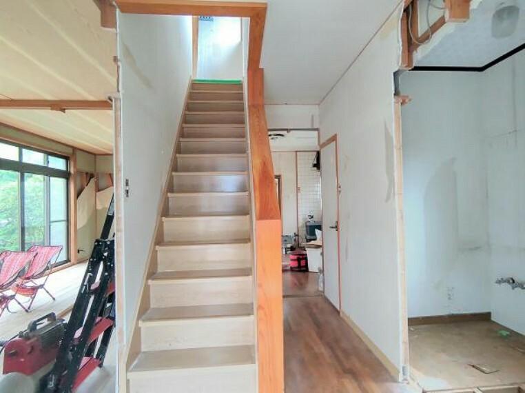 【階段:リフォーム中写真】天井・壁はクロスの張り替えを行います。手すりは強度を確認してクリーニングを行うので安心して上り下りができます。