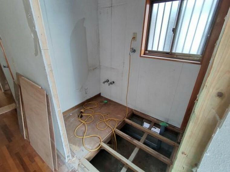 構造・工法・仕様 【洗面脱衣所:リフォーム中写真】床はクッションフロアを張り、天井・壁はクロスの張り替えを行います。既存の洗面化粧台を撤去し新品交換するので清潔感がありますね。