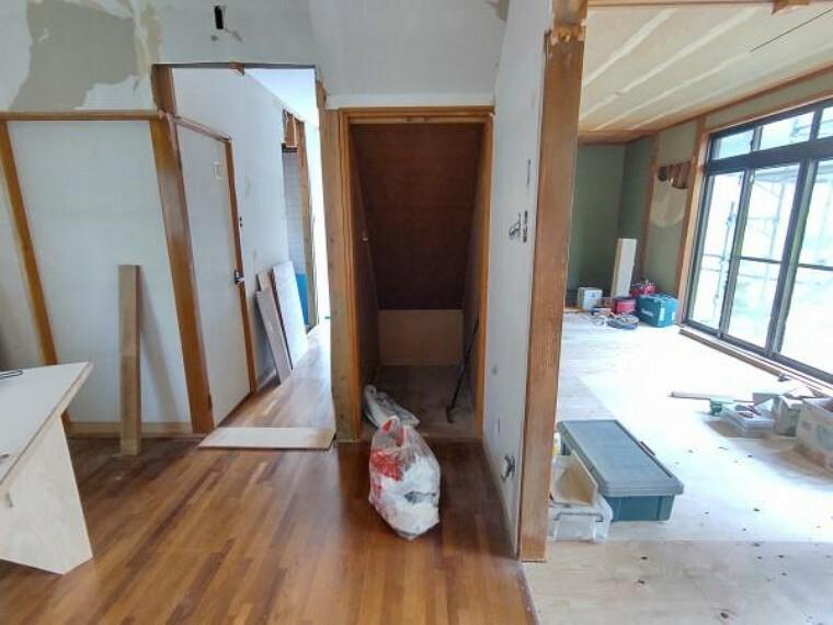 【キッチン物入:リフォーム中写真】階段下が物入になっています。食料品の収納や、掃除道具、日用品などの収納などに利用することができますね。