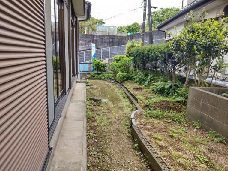 庭 【庭:リフォーム中写真】庭木の剪定を行います。洗濯物はここに干すこともできますし、ガーデニングも楽しむことができますね。