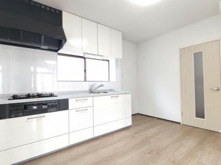 キッチン 【キッチン:リフォーム後写真】床は上張り、天井・壁はクロスの張り替えを行いました。システムキッチンは永大産業製のものを新設しました。右側には冷蔵庫を置くスペースもきちんと確保しています。