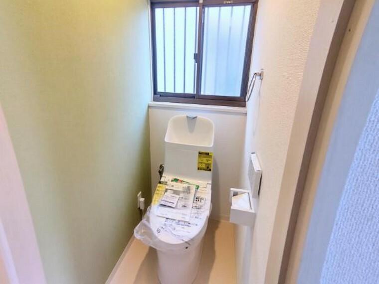 トイレ 【トイレ:リフォーム後写真】床はクッションフロア、天井・壁はクロスの張り替えがおわり、新品のトイレを設置しました。アクセントクロスがかわいく、清潔感がありますね。