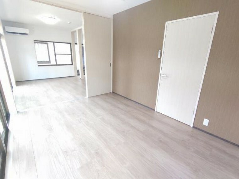【1階洋室:リフォーム済写真】床はフローリングを重ね張りして、天井・壁はクロスの張り替えを行いました。照明は新品交換し、二面採光なので日当たり良好ですよ。