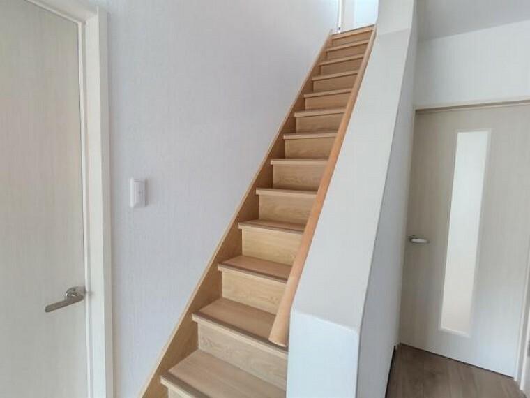 【階段:リフォーム済写真】階段です。滑り止めと手すりを新設しました。滑り止めは夜になると光ので安心ですね。