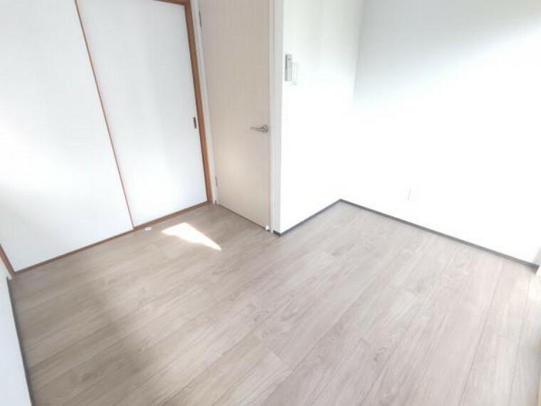 庭 【2階洋室(4帖):リフォーム済写真】床は上張り、天井・壁はクロスの張り替えを行いました。
