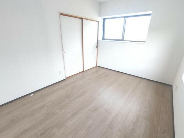 【2階洋室(6帖):リフォーム後写真】床はフローリングを重ね張りして、天井・壁はクロスの張り替えを行いました。二面採光のため、日当たり・風通しともに良好です。