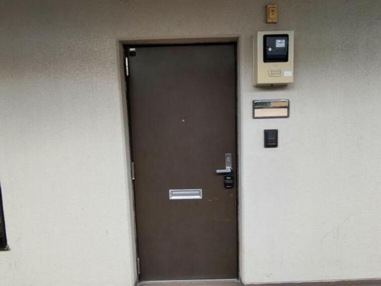 玄関 【リフォーム済】玄関ドアは鍵交換を行いました。中古住宅だと鍵はそのままだと思われがちですが、交換しますので安心してお住まいいただけます。