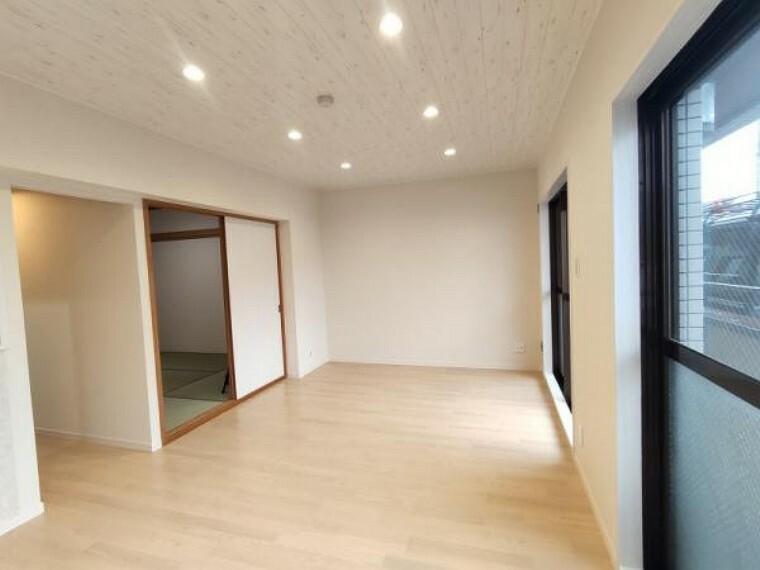 居間・リビング 【リフォーム済】リビングにはダウンライトを設置しました。天井に埋め込む形なので、空間を広く感じられますよ。新しく張り替えたクロスも、天井には木目調のものを使用ています。