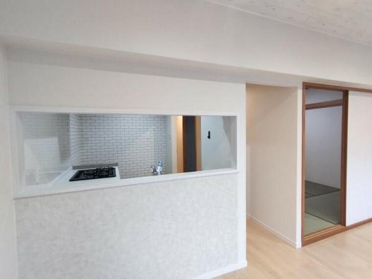 居間・リビング 【リフォーム済】キッチンは対面式となっております。ご家族の様子を見ながらお料理できるので、支度もはかどりますね。クロスの張替を行いました。
