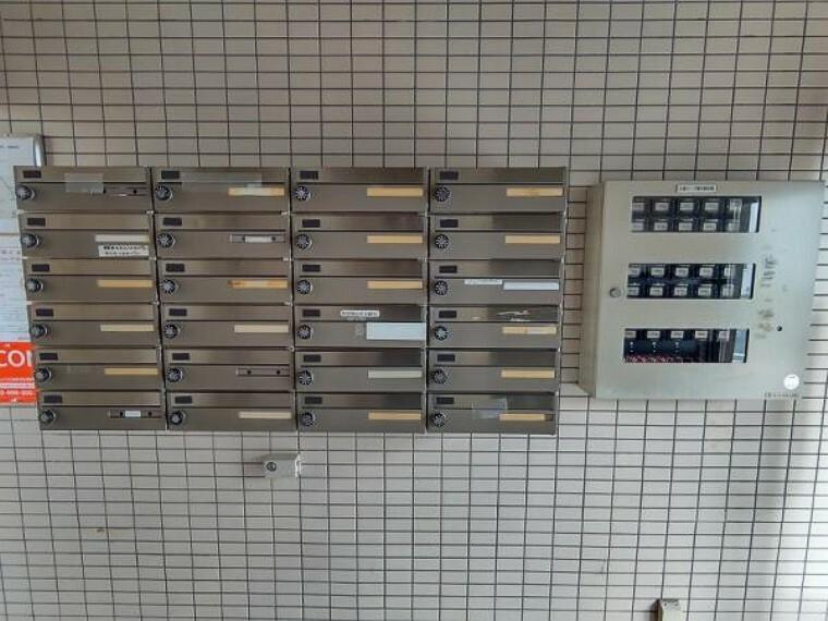 【リフォーム済】一階エントランスには集合ポストがあります。ポストはダイアル式の鍵付きです。