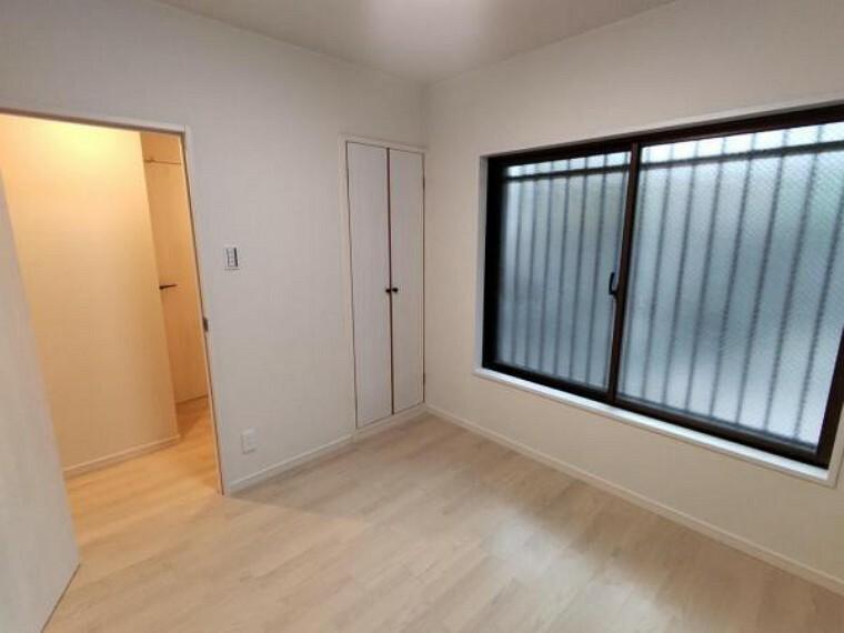 【リフォーム済】4.5帖洋室の別角度です。こちらのお部屋には南側と西側に収納が2か所あります。収納の建具はシートの上張りとクリーニングで仕上げました。