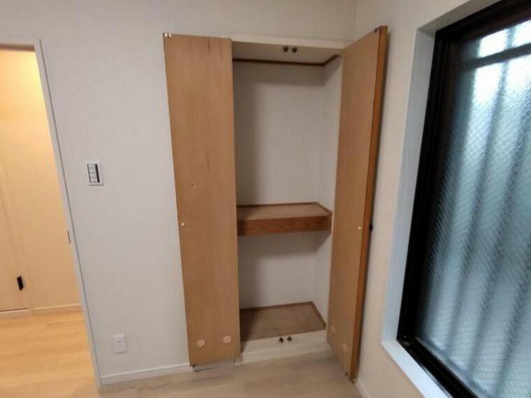 収納 【リフォーム済】洋室の収納の写真です。外側はシートを張って仕上げました。中段付なので、空間を無駄にすることなく収納できます。