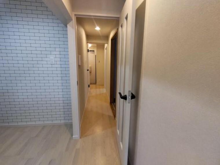 【リフォーム済】廊下の写真です。クロスの張替、照明交換、フローリングの張替を行いました。