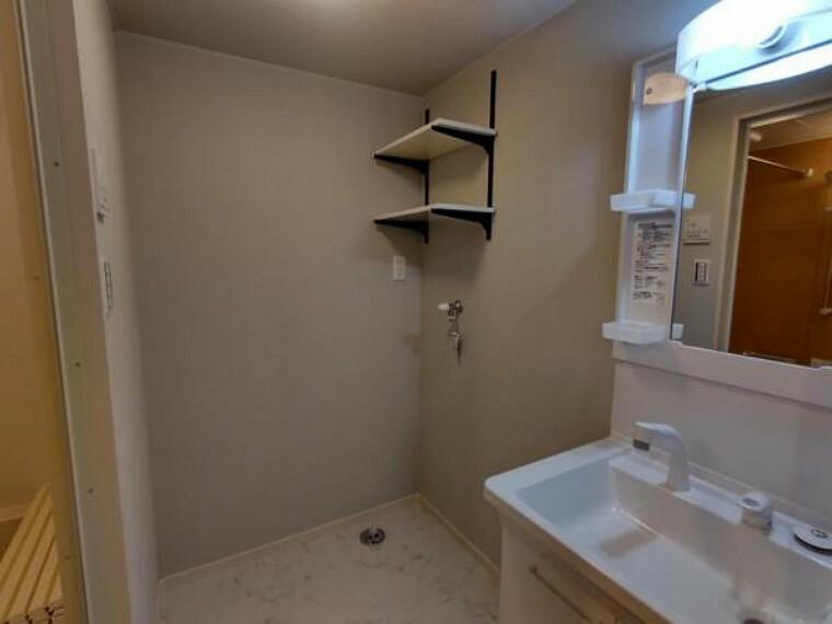 洗面化粧台 【リフォーム済】洗面化粧台はTOTO製の新品に交換しました。スクエアなデザインの洗面ボウルは間口60cm、実容量7Lと広々。水が流れやすい滑り台ボウルで全体に水がいきわたります。