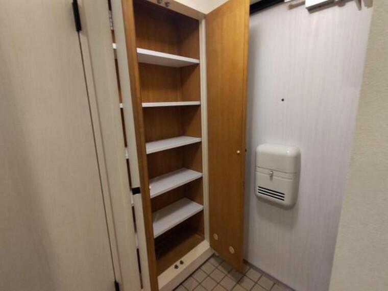玄関 【リフォーム済】玄関にはシューズボックスがあります。こちらは建具をシートで補修し、クリーニングを行いました。収納棚は6段あり、約18足収納いただけます。