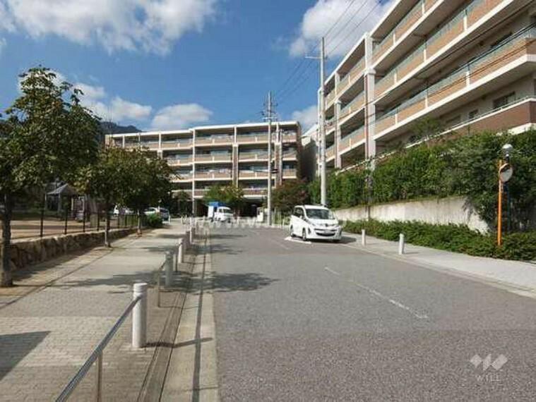 外観写真 住吉山手コモンズC棟の遠景。周辺はマンションと一戸建てなどが混在する静かな住宅地です。