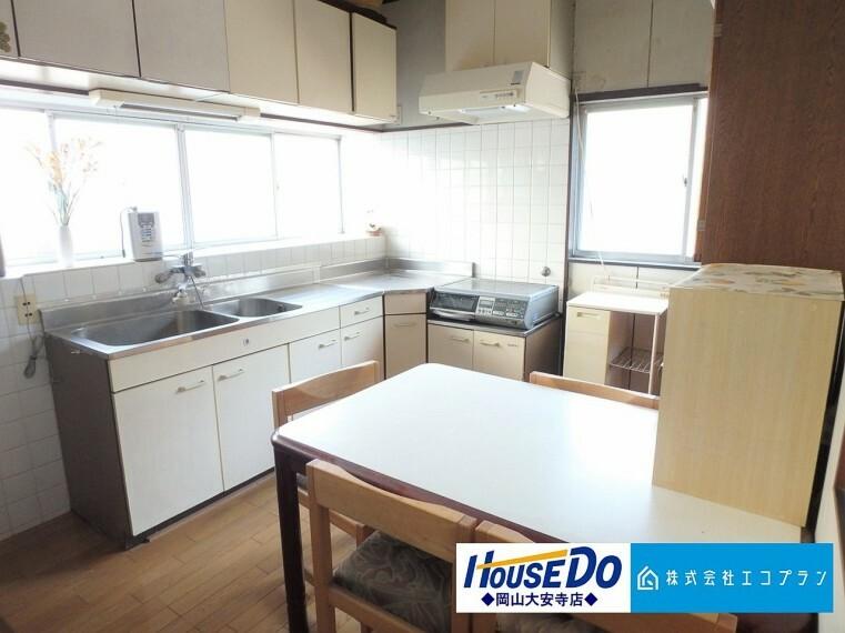 キッチン 壁付けキッチンは食事作りも集中できて家事もはかどります 窓付きで新鮮な空気の入れ替えもラクラク!