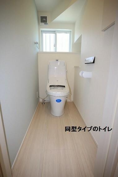 同仕様写真(内観) 同型タイプのトイレ 汚れのつきにくい素材でお手入れ楽々。 1階と2階の2カ所にあるので朝の忙しい時間帯にトイレ待ちなんて心配無用