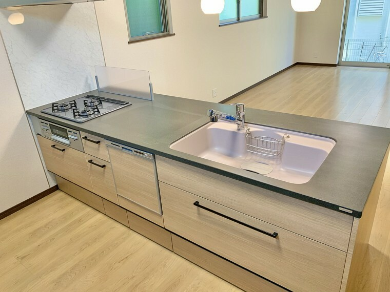 キッチン 対面キッチンのため、リビングで遊んでいるお子様を観ながらお料理ができます。また、キッチンの作業スペースが広く、調理器具などを置いてもスッキリと使えます。