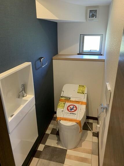 トイレ 【掃除ラクラク・スマートなデザインのトイレ】 1階2階共にシャワー機能付きトイレ。節水・節電、お掃除の為に簡単着脱、汚れが付きにくく落ちやすいサッとひと拭きでお掃除ができます。