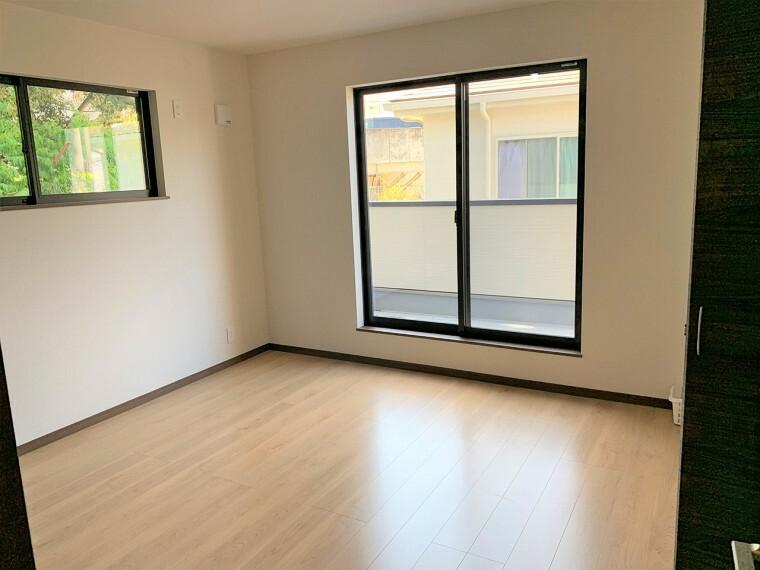 洋室 【二面採光の明るい洋室】二面採光のお部屋は明るく風通しが良いです。ペアガラスで断熱性・遮熱性があり結露が激減、保温・保冷効果で節電に繋がります。