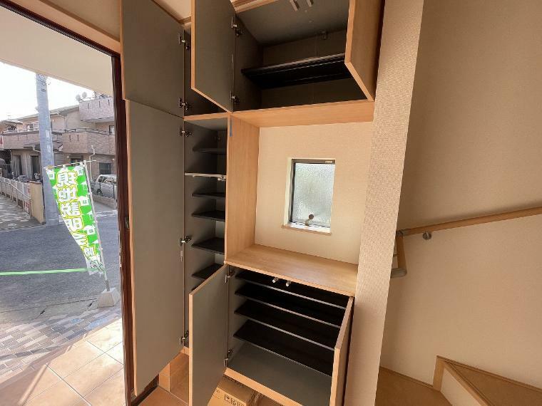 玄関 玄関収納たっぷり確保 ブーツや長靴も棚板を好きな高さに変えてキレイに収納できます