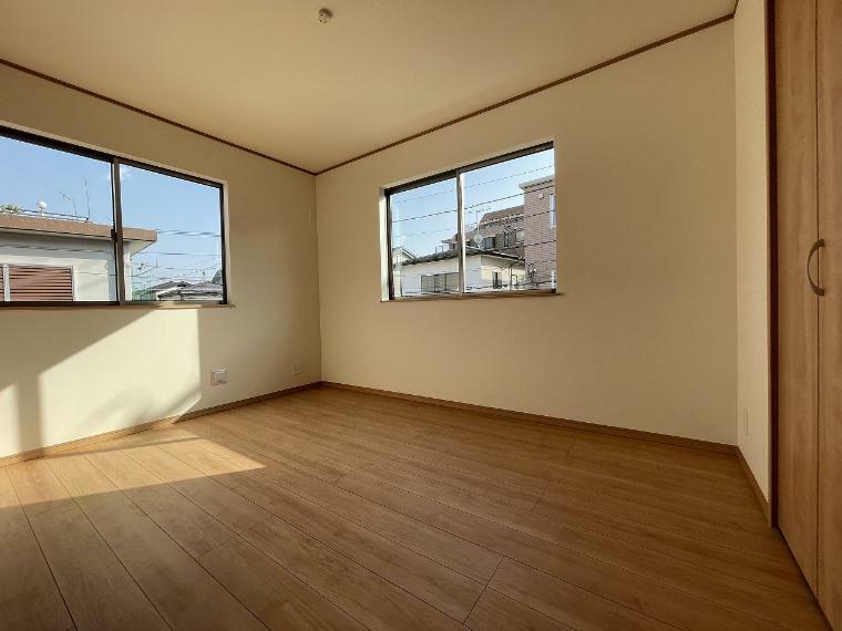 洋室 2階の洋室は全て東南向きで6帖超 ゆったりスペースでお子様が大きくなっても問題なく使えます