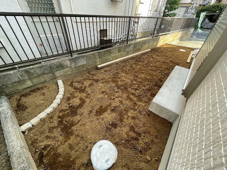庭 隣家との間には目隠し兼用の植物を植えてガーデニングやちょっとした家庭菜園もできそうです