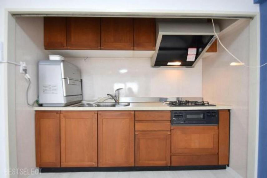 キッチン たっぷりの収納キャビネットでキッチン周りがスッキリします