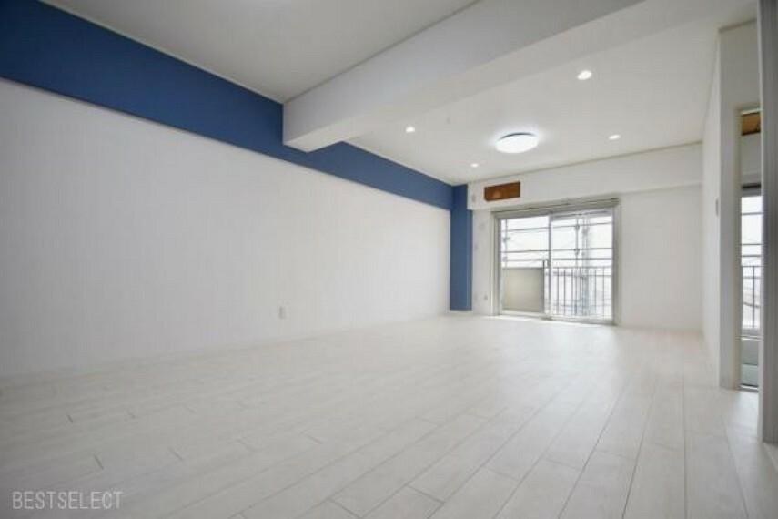 居間・リビング 壁の一部に採用したロイヤルブルーのアクセントクロスは,白を基調としたLDK空間のチャームポイントに