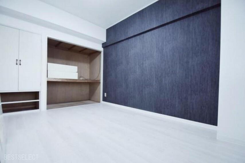 主寝室は約6帖の広さ。壁一面の収納スペースが嬉しいですね:洋室約6.0帖